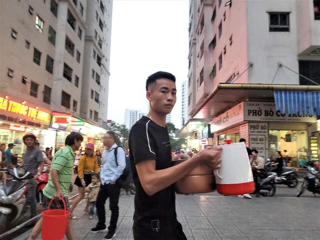 Dân chung cư chen lấn mua nước sạch sau khuyến cáo không dùng nước sông Đà để nấu ăn, uống - Ảnh 5.