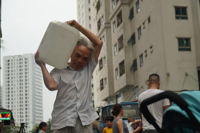 Cảnh hì hục đội mưa, hứng nước sạch xách lên tầng ở chung cư HH Linh Đàm - Ảnh 10.