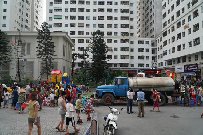 Cảnh hì hục đội mưa, hứng nước sạch xách lên tầng ở chung cư HH Linh Đàm - Ảnh 12.