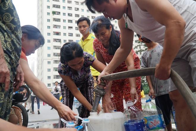 Cảnh hì hục đội mưa, hứng nước sạch xách lên tầng ở chung cư HH Linh Đàm - Ảnh 5.