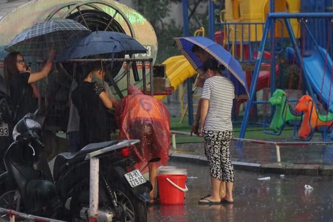 Cảnh hì hục đội mưa, hứng nước sạch xách lên tầng ở chung cư HH Linh Đàm - Ảnh 6.