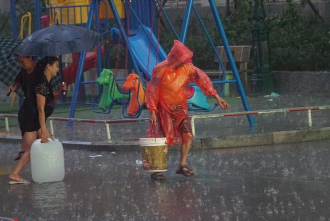 Cảnh hì hục đội mưa, hứng nước sạch xách lên tầng ở chung cư HH Linh Đàm - Ảnh 8.