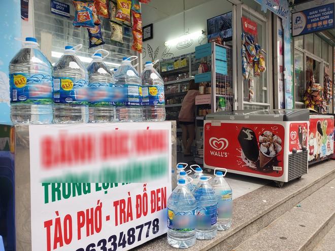 Vụ nước nhiễm dầu thải: Dân buôn đóng cửa, từ chối khách mua nước đóng bình vì quá tải - Ảnh 2.