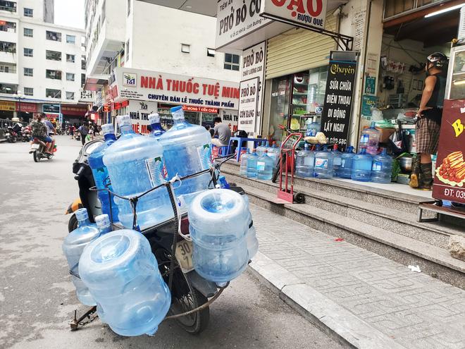 Vụ nước nhiễm dầu thải: Dân buôn đóng cửa, từ chối khách mua nước đóng bình vì quá tải - Ảnh 3.
