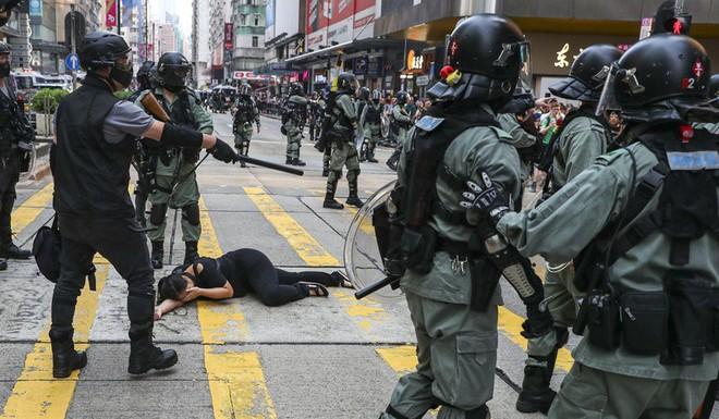 Cảnh sát Hong Kong: Lần đầu người biểu tình dùng bom tự chế - Ảnh 2.