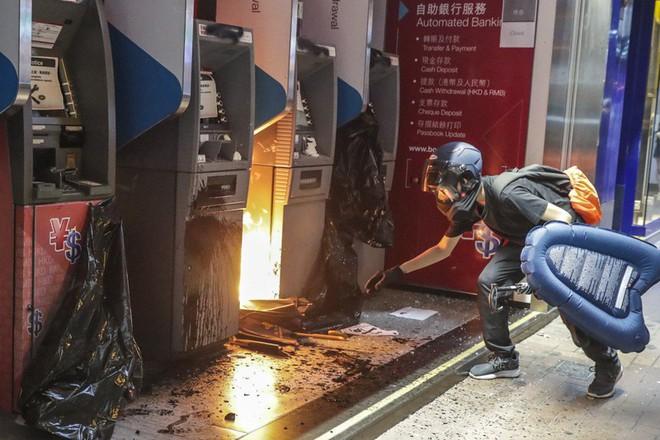 Cảnh sát Hong Kong: Lần đầu người biểu tình dùng bom tự chế - Ảnh 3.