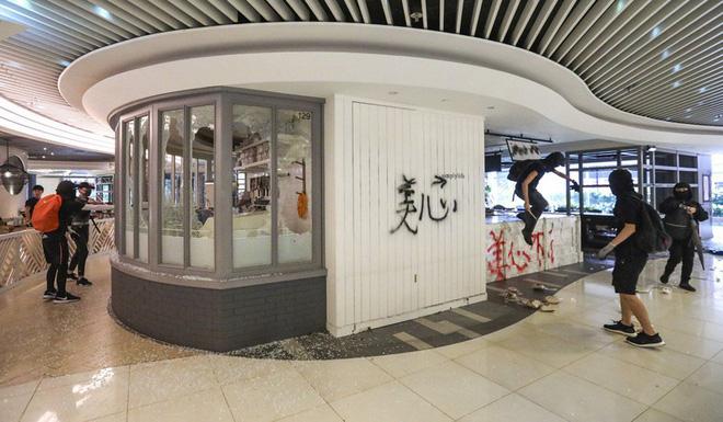 Cảnh sát Hong Kong: Lần đầu người biểu tình dùng bom tự chế - Ảnh 4.