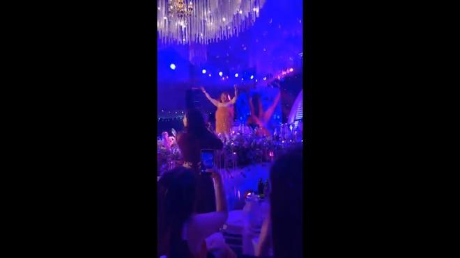 Xuân Hinh giả gái diễn đám cưới khủng ở Hải Phòng, vạch áo lộ nửa người khiến khán giả bật cười - Ảnh 2.
