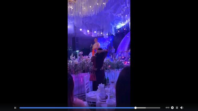 Xuân Hinh giả gái diễn đám cưới khủng ở Hải Phòng, vạch áo lộ nửa người khiến khán giả bật cười - Ảnh 3.