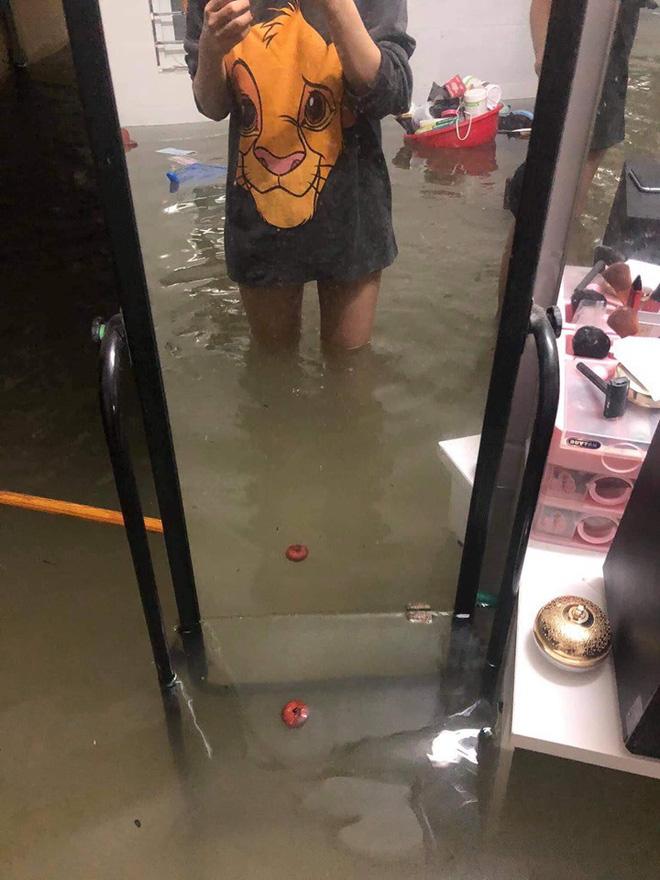 Mưa nhiều ngày ở Nghệ An, nước ngập đến tận giường, đi thuyền trong phố - ảnh 1