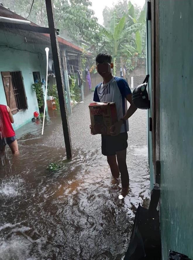 Mưa nhiều ngày ở Nghệ An, nước ngập đến tận giường, đi thuyền trong phố - ảnh 2