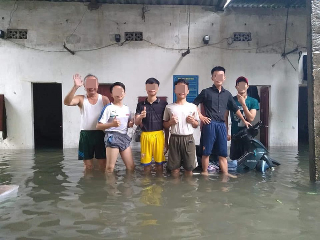 Mưa nhiều ngày ở Nghệ An, nước ngập đến tận giường, đi thuyền trong phố - ảnh 5