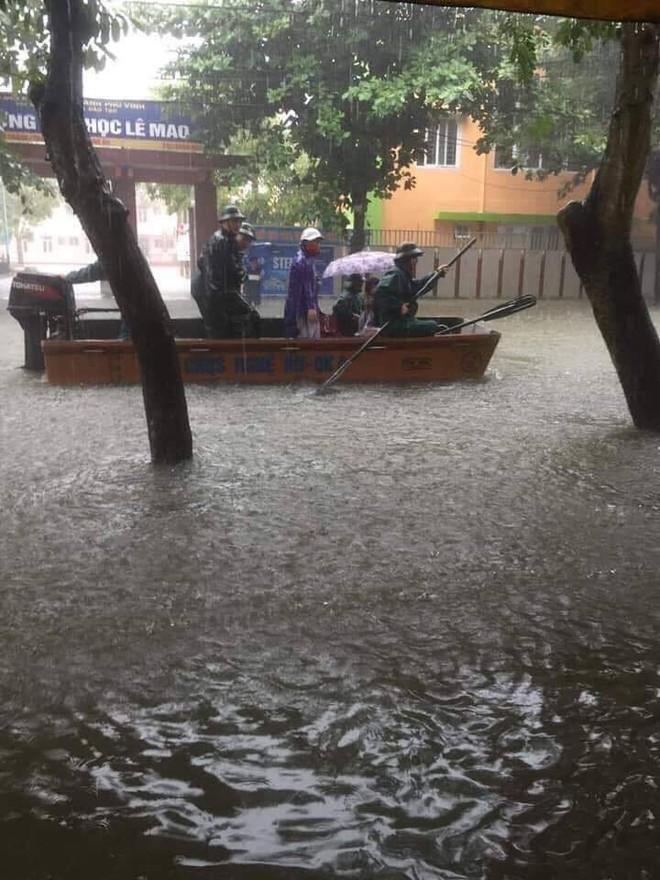 Mưa nhiều ngày ở Nghệ An, nước ngập đến tận giường, đi thuyền trong phố - ảnh 6