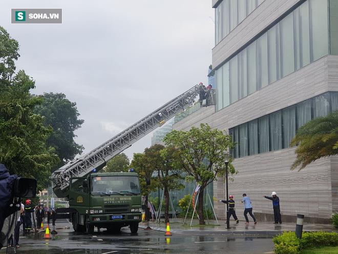 Xe quái thú Rosenbauer Panther trị giá 1 triệu USD, máy bay trực thăng diễn tập chữa cháy ở Đà Nẵng - Ảnh 7.