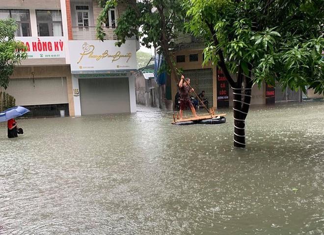 Nghệ An: Ngập sâu ở thành phố, dân dùng chõng tre làm bè đi lại trên đường - Ảnh 20.