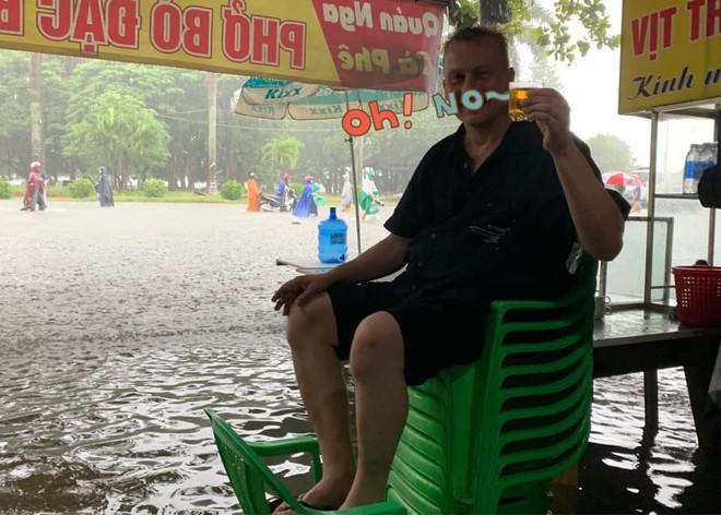 Mưa nhiều ngày ở Nghệ An, nước ngập đến tận giường, đi thuyền trong phố - ảnh 8