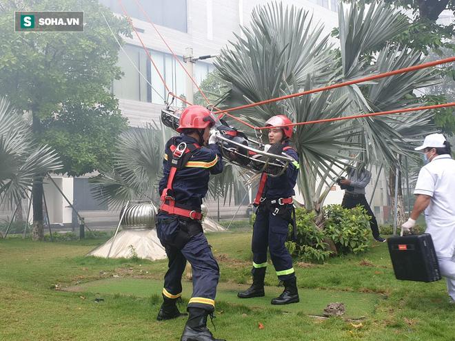 Xe quái thú Rosenbauer Panther trị giá 1 triệu USD, máy bay trực thăng diễn tập chữa cháy ở Đà Nẵng - Ảnh 14.
