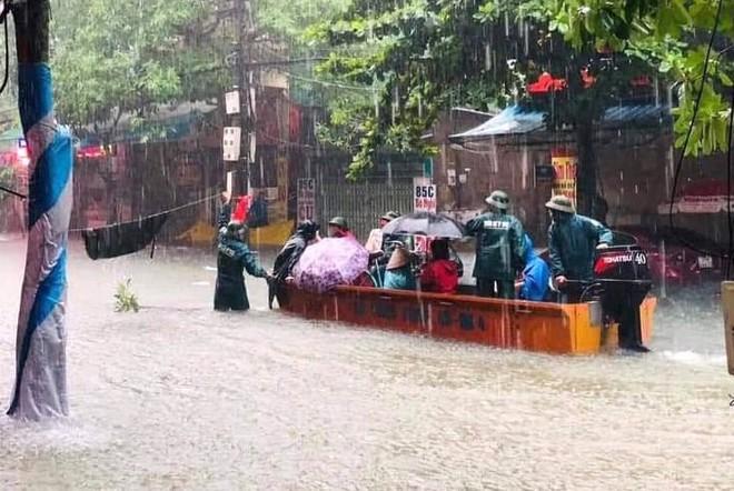 Nghệ An: Ngập sâu ở thành phố, dân dùng chõng tre làm bè đi lại trên đường - Ảnh 18.