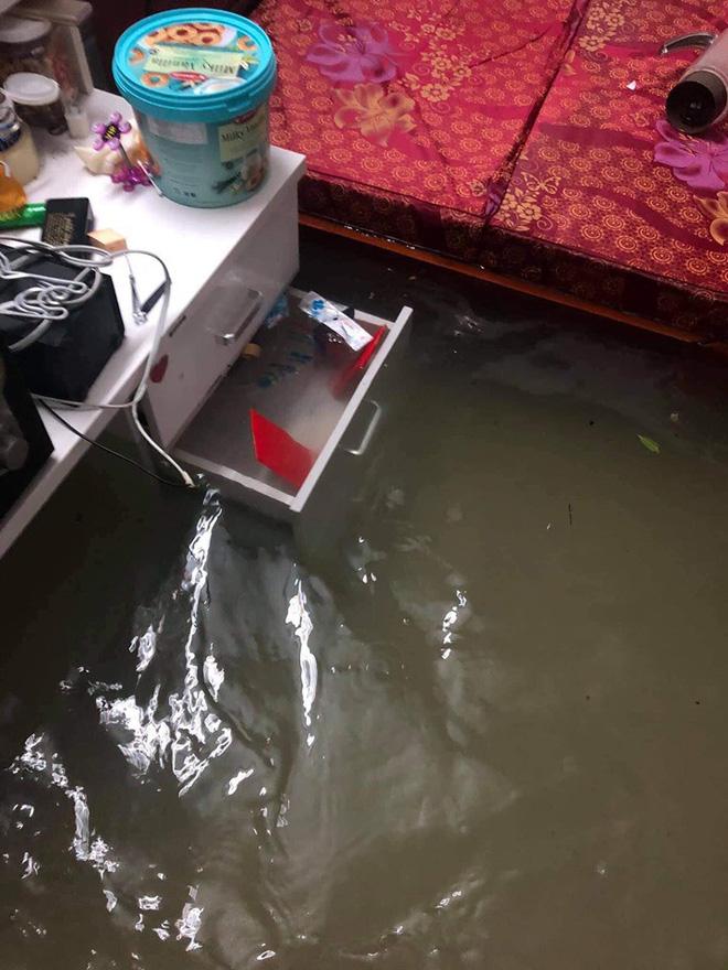 Mưa nhiều ngày ở Nghệ An, nước ngập đến tận giường, đi thuyền trong phố - ảnh 11