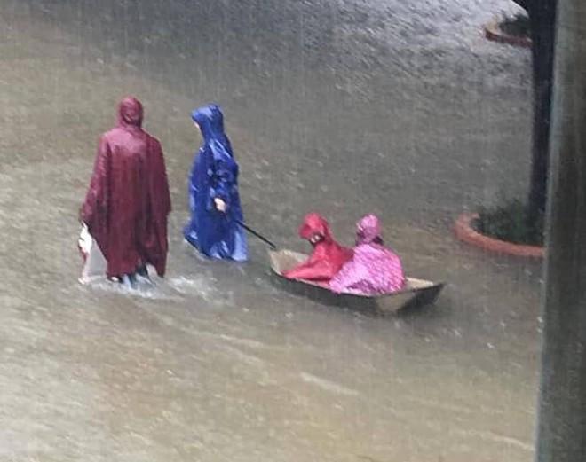 Nghệ An: Ngập sâu ở thành phố, dân dùng chõng tre làm bè đi lại trên đường - Ảnh 19.
