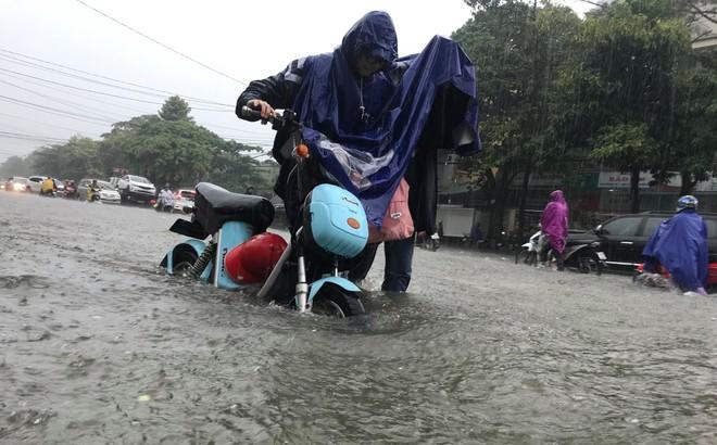 Nghệ An: Ngập sâu ở thành phố, dân dùng chõng tre làm bè đi lại trên đường - Ảnh 13.