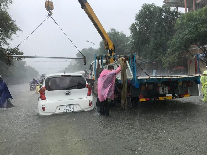 Nghệ An: Ngập sâu ở thành phố, dân dùng chõng tre làm bè đi lại trên đường - Ảnh 8.