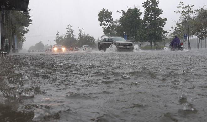 Nghệ An: Ngập sâu ở thành phố, dân dùng chõng tre làm bè đi lại trên đường - Ảnh 1.