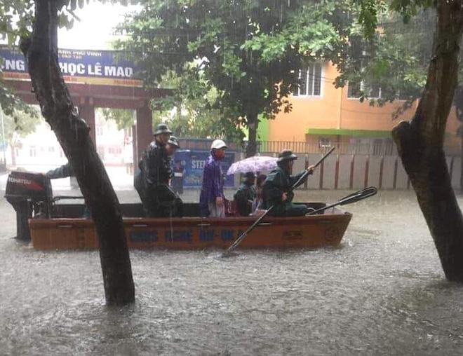 Nghệ An: Ngập sâu ở thành phố, dân dùng chõng tre làm bè đi lại trên đường - Ảnh 17.