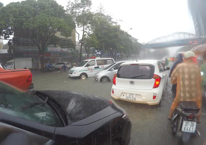 Nghệ An: Ngập sâu ở thành phố, dân dùng chõng tre làm bè đi lại trên đường - Ảnh 12.