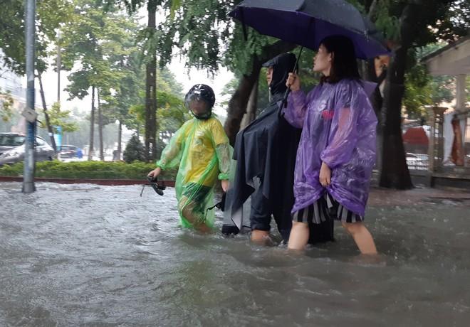 Nghệ An: Ngập sâu ở thành phố, dân dùng chõng tre làm bè đi lại trên đường - Ảnh 11.