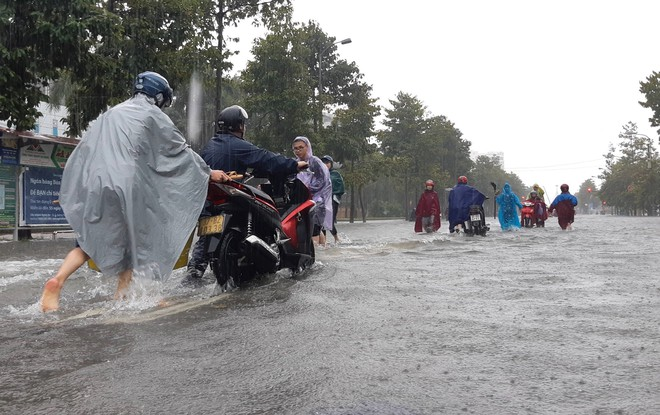 Nghệ An: Ngập sâu ở thành phố, dân dùng chõng tre làm bè đi lại trên đường - Ảnh 9.