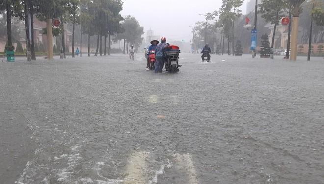 Nghệ An: Ngập sâu ở thành phố, dân dùng chõng tre làm bè đi lại trên đường - Ảnh 2.