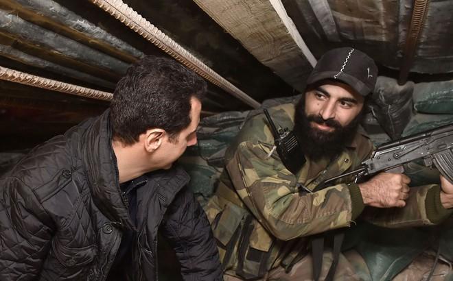 """Ngoại bang cuốn gói, đối thủ quy phục: """"Kẻ bí ẩn"""" nào vô tình giúp QĐ Syria không sụp đổ?"""
