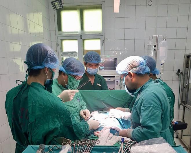 Phẫu thuật cắt bỏ khối u xùi loét má trái, tạo hình thành công cho cụ ông 91 tuổi - Ảnh 2.