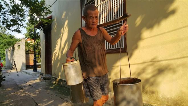 Cụ ông gánh nước thuê lâu đời nhất Việt Nam - Nhọc nhằn mưu sinh - Ảnh 1.