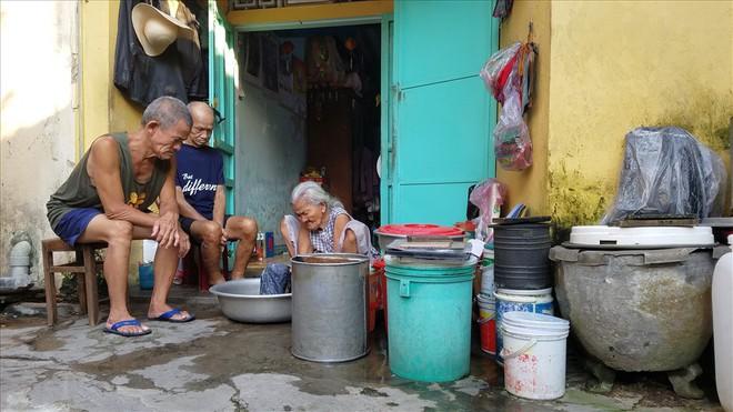 Cụ ông gánh nước thuê lâu đời nhất Việt Nam - Nhọc nhằn mưu sinh - Ảnh 3.