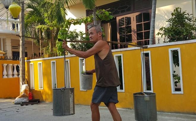 Cụ ông gánh nước thuê lâu đời nhất Việt Nam - Nhọc nhằn mưu sinh