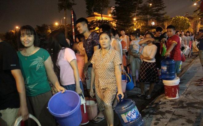 Ảnh: Dân Hà Nội rồng rắn xếp hàng trong đêm đợi lấy nước sạch miễn phí