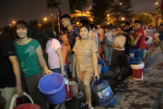 Ảnh: Dân Hà Nội rồng rắn xếp hàng trong đêm đợi lấy nước sạch miễn phí - Ảnh 2.