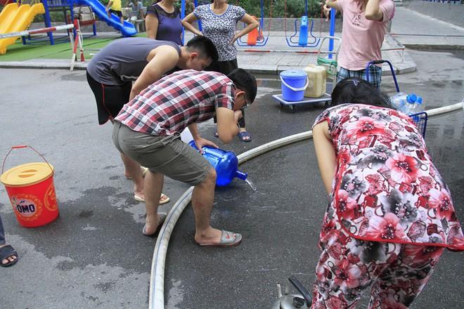 Cư dân chung cư HH Linh Đàm đổ bỏ nước cấp miễn phí vì có mùi tanh - Ảnh 5.