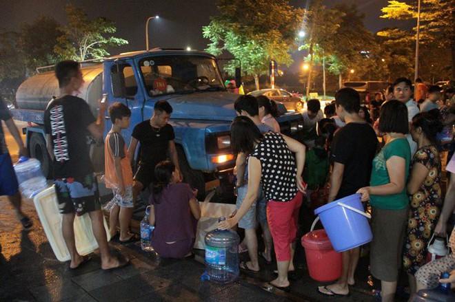 Ảnh: Dân Hà Nội rồng rắn xếp hàng trong đêm đợi lấy nước sạch miễn phí - Ảnh 3.