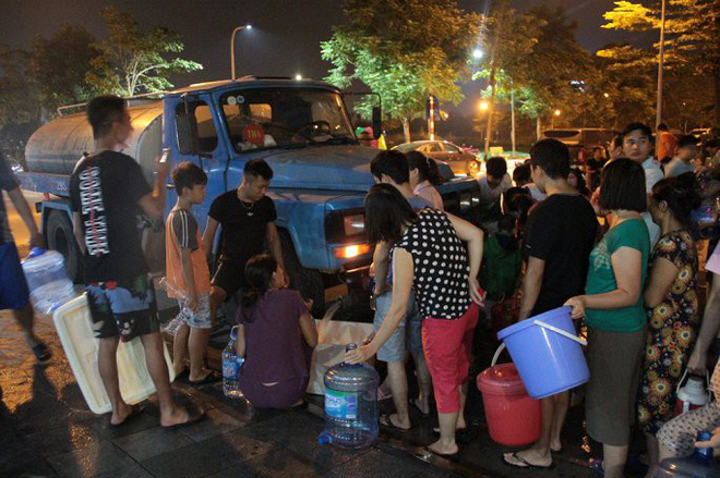 Ảnh: Dân Hà Nội rồng rắn xếp hàng trong đêm đợi lấy nước sạch miễn phí - Ảnh 5.