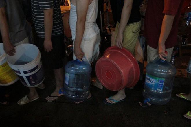 Ảnh: Dân Hà Nội rồng rắn xếp hàng trong đêm đợi lấy nước sạch miễn phí - Ảnh 6.