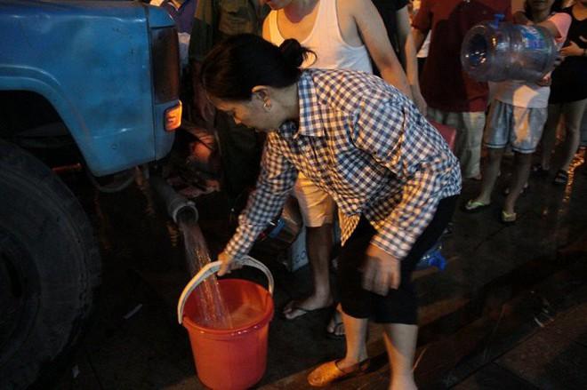 Ảnh: Dân Hà Nội rồng rắn xếp hàng trong đêm đợi lấy nước sạch miễn phí - Ảnh 9.