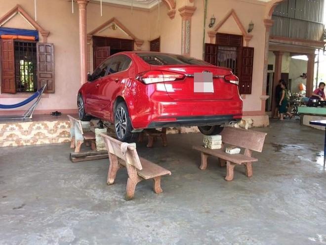 Liệu sự như thần, một gia đình kê cả ô tô lên ghế đá trong ngày mưa lụt gây chú ý - ảnh 1