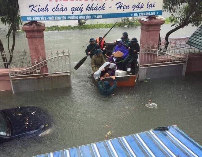 Nghệ An: Nước ngập cao ngang cửa sổ, nhà trai dùng phao bơi kéo lễ ăn hỏi tới nhà gái - Ảnh 4.