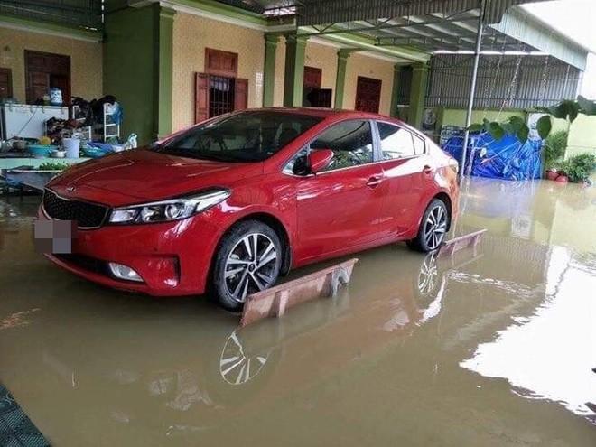 Liệu sự như thần, một gia đình kê cả ô tô lên ghế đá trong ngày mưa lụt gây chú ý - ảnh 2