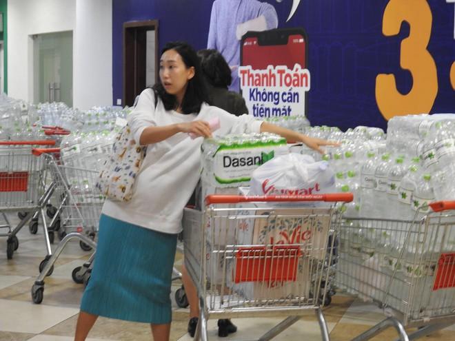 Người Hà Nội khát nước sạch, loạt siêu thị cam kết bán không lợi nhuận - Ảnh 1.