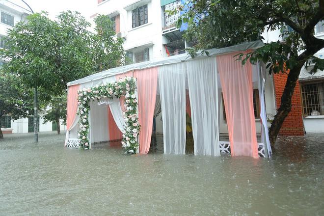 Nghệ An: Nước ngập cao ngang cửa sổ, nhà trai dùng phao bơi kéo lễ ăn hỏi tới nhà gái - Ảnh 8.