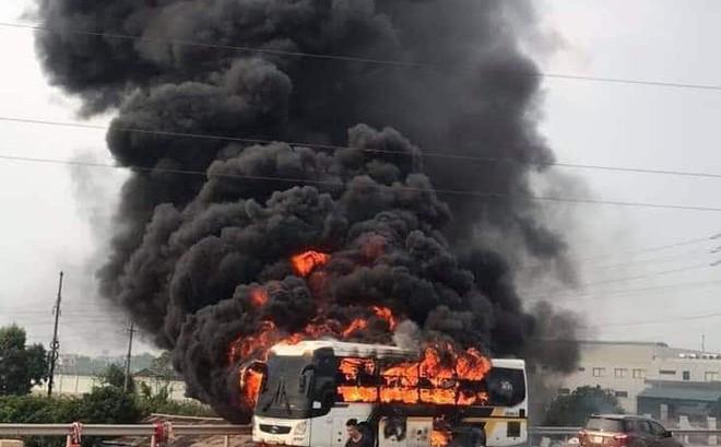 Xe khách lưu thông trên cao tốc Hà Nội - Bắc Giang bất ngờ bốc cháy dữ dội